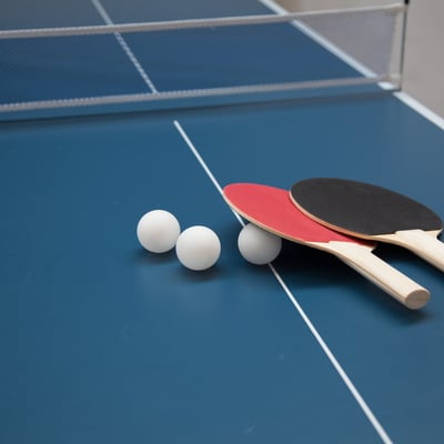Bordtennisbord med bat og bolde