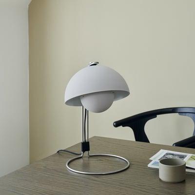Flowerpot VP4 bordlampe i matgrå